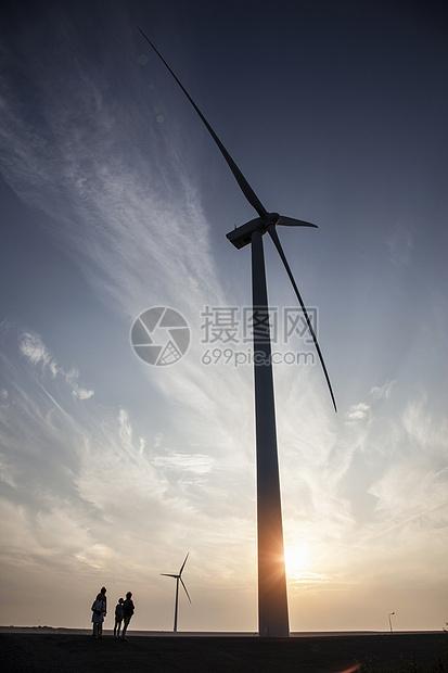 风力发电车的一家人图片
