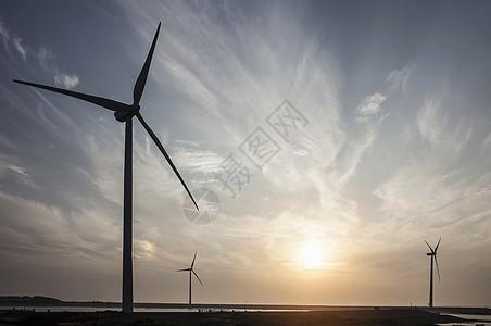 日落时的风力涡轮机图片