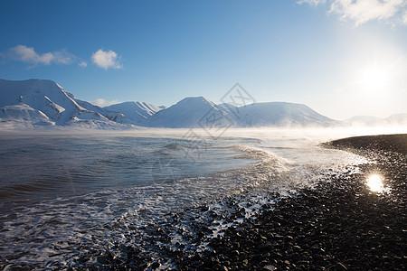挪威斯瓦尔巴阳光海岸和远处山脉的景色图片