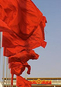 红旗迎风飘扬图片