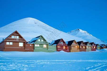 挪威斯瓦尔巴,朗伊尔拜恩,黄昏时的一排传统房屋图片