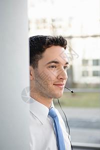 办公室的年轻商人,戴着耳机图片