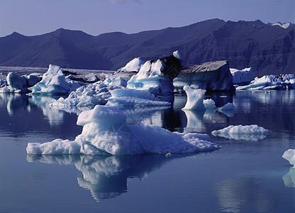 冰川湖上的冰层图片