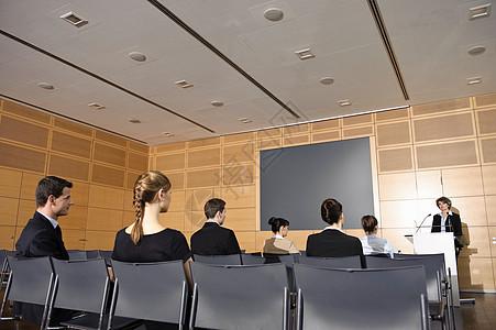 研讨会上的商务人士图片