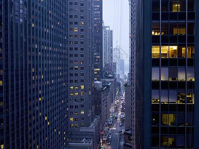 美国纽约,黄昏时分摩天大楼之间高峰时段的全景图片