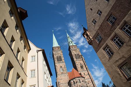 德国纽伦堡老城尖塔的低角度视图图片