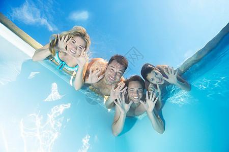 游泳池中的朋友们图片