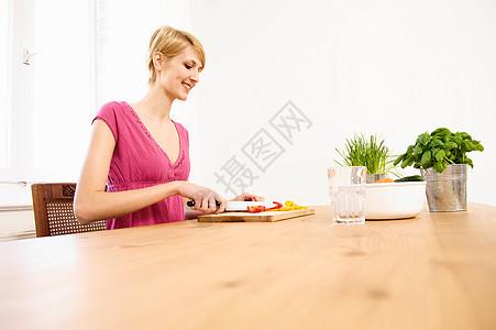 年轻女子在家做饭图片