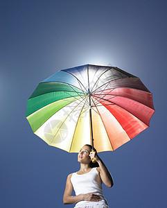 太阳伞下的女孩图片