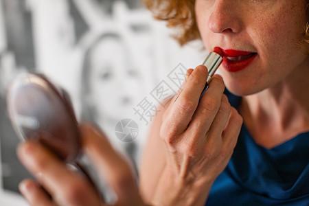 照镜子擦唇膏的女人图片