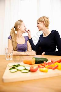 年轻女性准备食物吃饭图片