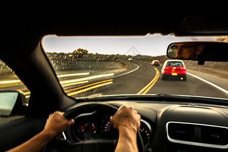 中年男子快速驾驶汽车图片
