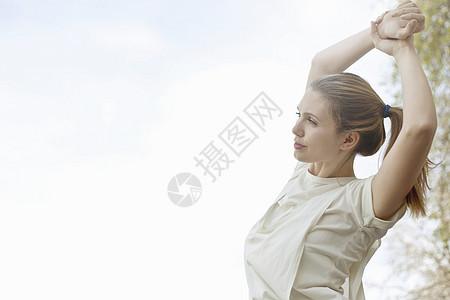 年轻女子在运动前伸展手臂图片