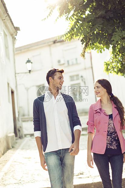 马其顿斯科普里街上的夫妇图片