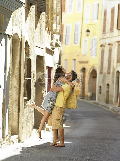 在街上拥抱的一对夫妇图片