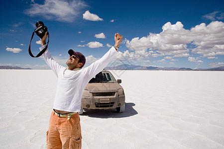 摄影师在阿根廷科尔多瓦省萨利纳斯格兰德斯的盐田庆祝图片