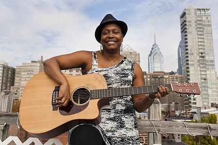 美国费城弹吉他的黑人女子图片