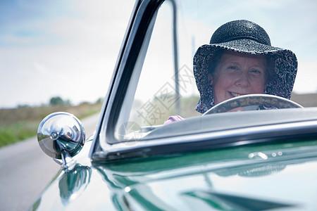 老年女性驾驶汽车图片