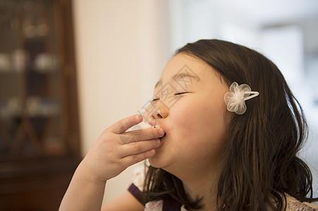 小女孩吃零食图片