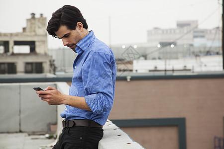 城市屋顶上焦虑的年轻人图片