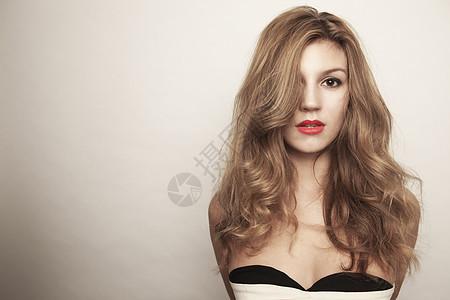 画室里的长发性感美女肖像图片