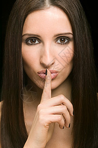 美丽的女人用手指对嘴图片