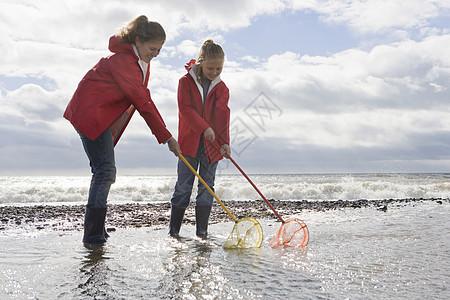 母女用鱼网钓鱼图片