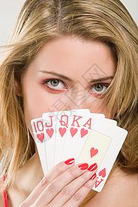 女人用卡片遮住脸图片