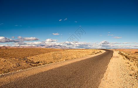 从摩洛哥瓦扎扎特到塔姆达赫特的公路图片