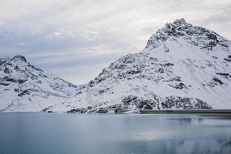 奥地利加尔图尔西尔维塔水库和积雪覆盖的山脉图片