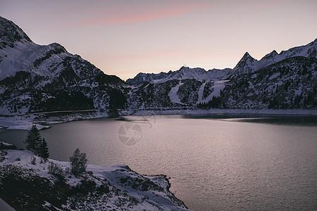 被积雪覆盖的山脉图片