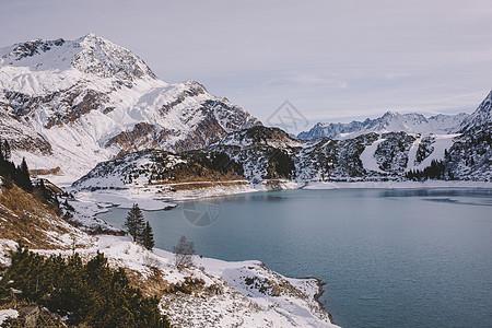 积雪覆盖的山脉图片