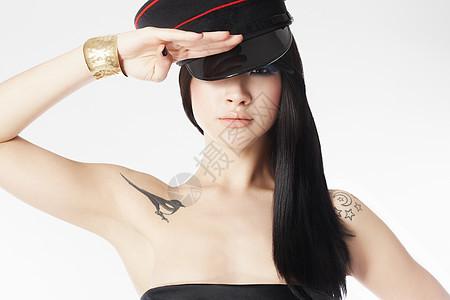 戴军帽行礼的年轻女子图片