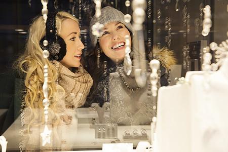 两名女性橱窗购物图片