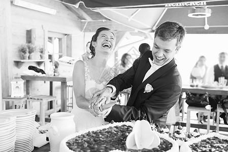 一起切蛋糕的夫妇图片