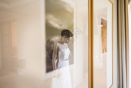 穿着婚纱的女孩图片