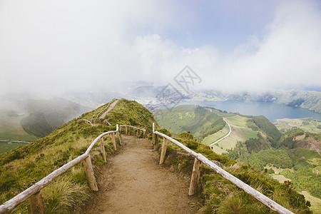 在远处有拉戈阿·达斯·塞特·西迪斯的小径,圣米格尔,亚速尔群岛图片