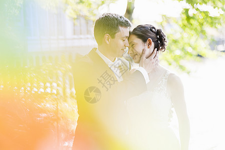 公园里浪漫的新婚中年夫妇图片