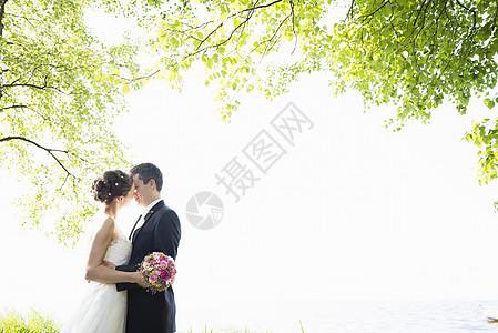 浪漫的新婚中年夫妇在公园接吻图片