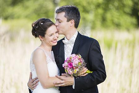 公园里浪漫的新婚夫妇的图片