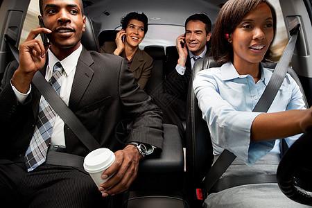 商人和妇女开车上班图片