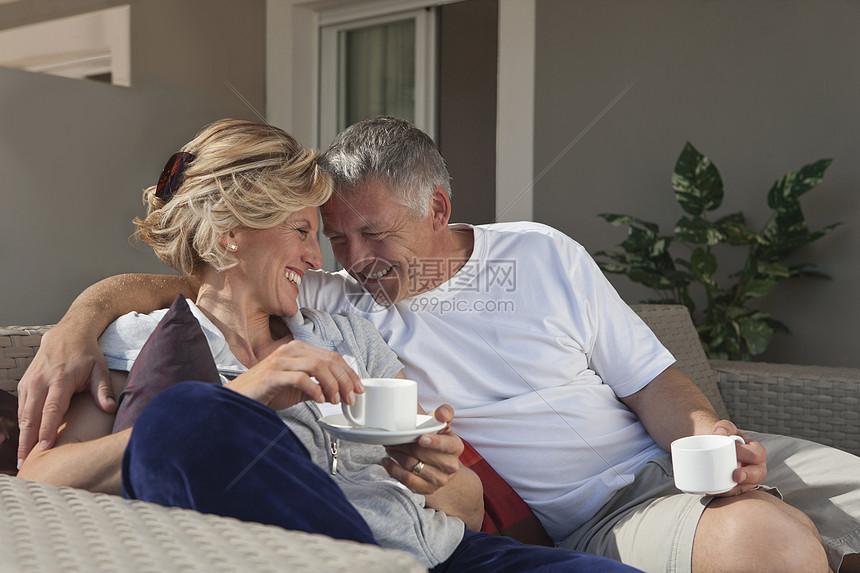 成熟夫妇在露台上喝咖啡图片