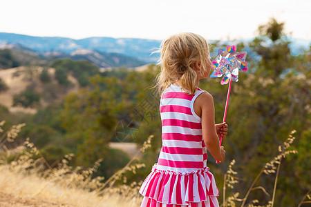 公园吹女孩风车图片