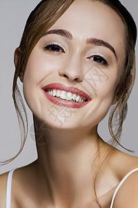 年轻美丽的微笑女子的摄影棚肖像图片