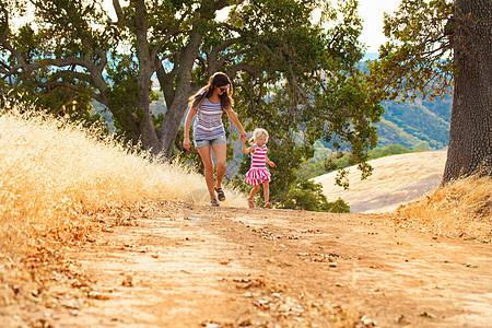 母亲和女儿玩得开心在美国加利福尼亚州迪亚波罗山州立公园图片