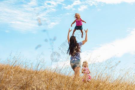 母亲和女儿玩得开心图片