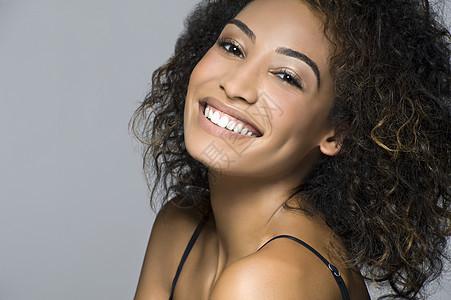 美丽快乐的年轻女子的画室肖像图片