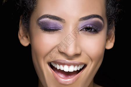 彩妆女人眨眼的肖像图片