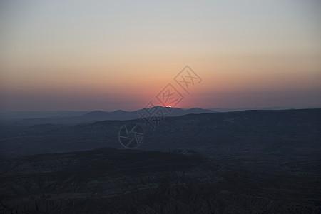 土耳其安纳托利亚卡帕多西亚日落时的景观剪影图片