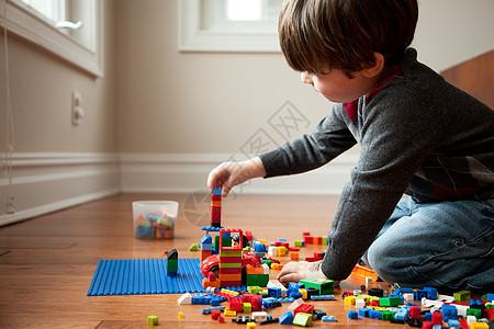 玩塑料块的男孩图片